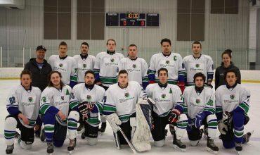 Équipe de hockey de Polymécanique de 14 joueurs habillés en blanc avec leurs deux entraineurs.